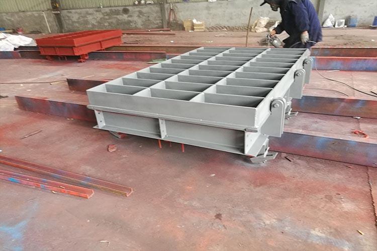 它的门体是由钢板焊接而成,其中背面采用纵横多条加强井板,保证了门体的强度