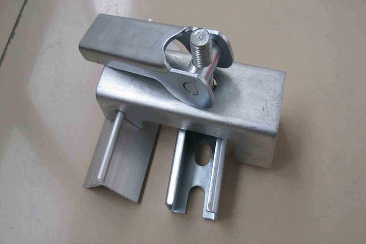 防溢裙板夹持器主要由密封板和压紧件两部分组成,密封板由立板、侧板组成