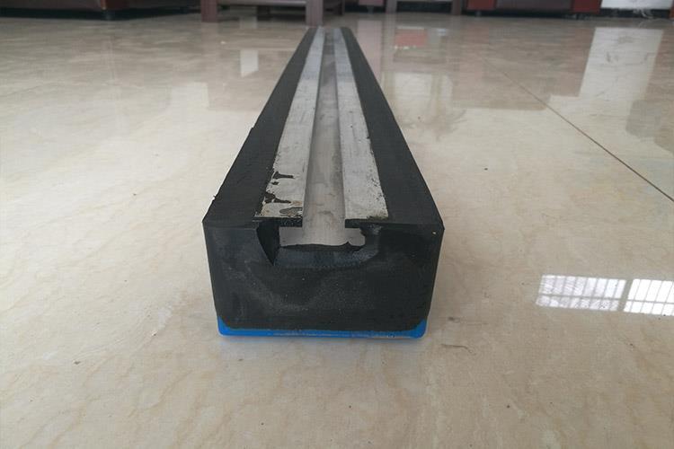 搪瓷溜槽又称煤溜子,溜煤板,主要用在运输煤炭,各种矿石等固体块状物体