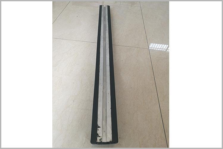 搪瓷溜槽生产时在钢板上涂一层瓷,起到顺滑作用,在倾斜角度大于250时,溜煤效果比较好