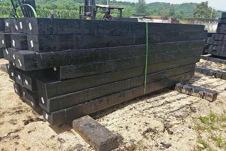 油浸伟德国际最新登录地址采用木材制造,木材的弹性和绝缘性较好,受周围介质的温度变化影响小