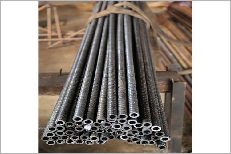 杆体中孔作为钻进高压风水通道和注浆通道,与实心杆体相比
